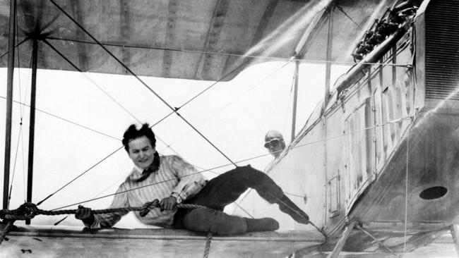 la-et-mn-classic-hollywood-harry-houdini-grim--001